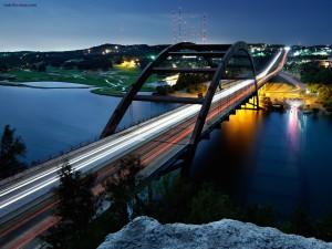 Luces del tráfico atravesando un puente