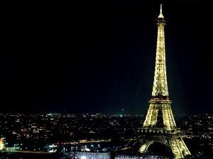 Noche en París junto a la Torre Eiffel