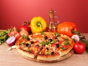 Pizza con queso y vegetales frescos