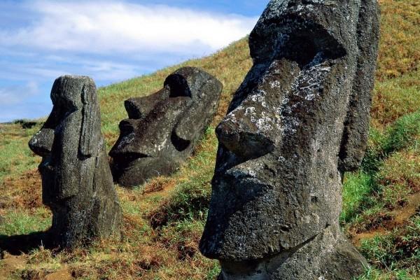 Estátuas Moái cerca del volcán Rano Raraku