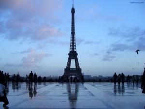 Postal: La Torre Eiffel al oscurecer