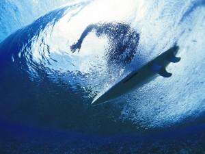 Postal: Surfeando bajo la ola