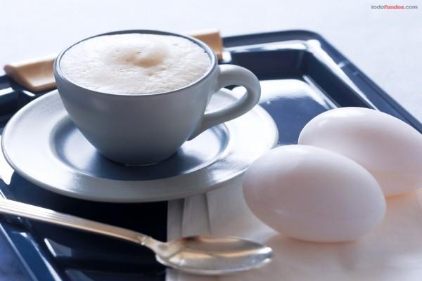 Desayunando huevos duros y café