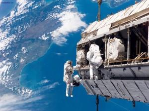 Postal: Astronautas trabajando en la estación espacial