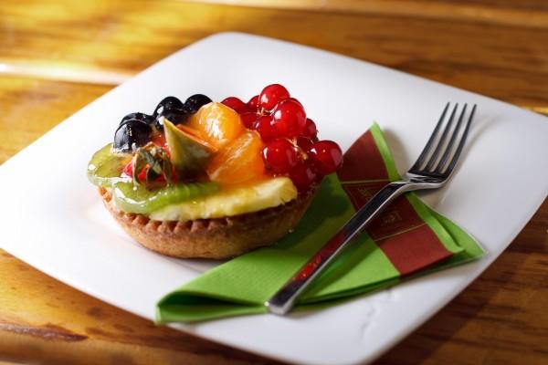 Delicioso cheesecake con frutas y mermelada