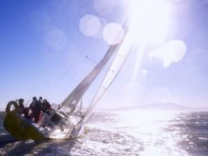 Viajando por el mar en un yate de vela