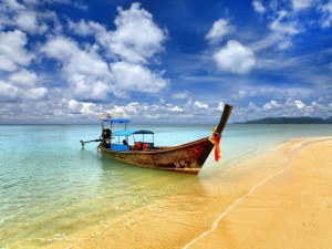 Postal: Barca en una playa de Tailandia