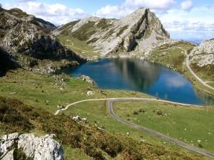 Lago Enol (Lagos de Covadonga) en Asturias, España