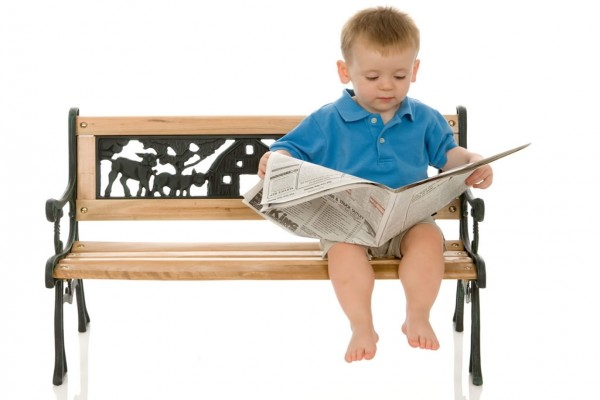 Niño leyendo el periódico