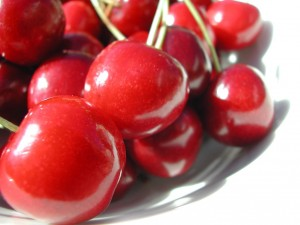 Postal: Cerezas rojas y dulces, listas para comer