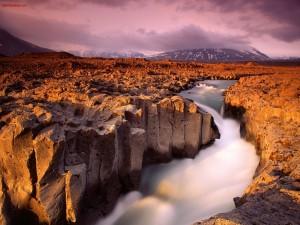 Agua fluyendo por tierras áridas