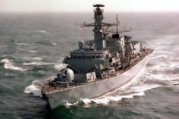 Barco de patrulla navegando por el mar