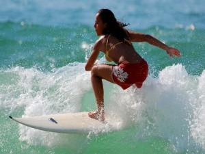 Postal: Mujer surfeando