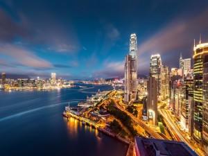 Enormes rascacielos en la ciudad de Hong Kong