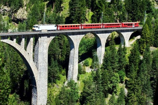 Tren pasando por un puente muy alto en Wiesen, Suiza
