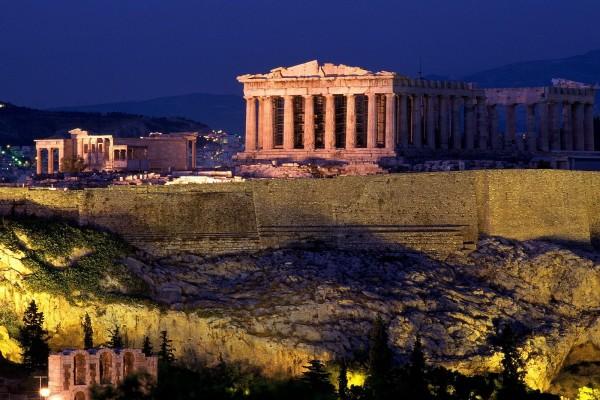 La Acrópolis de Atenas de noche