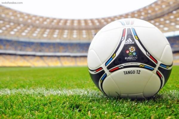 Balón oficial de la Eurocopa 2012 (Tango/12) sobre el césped