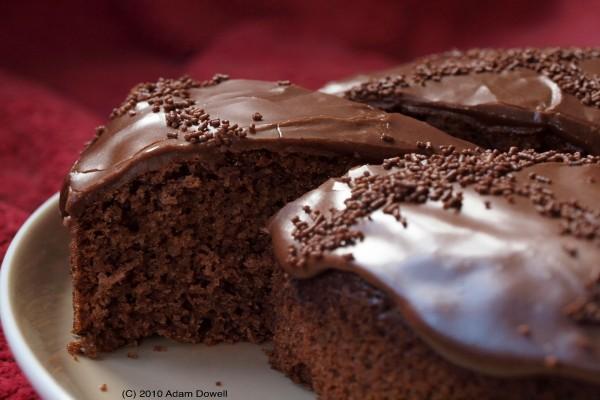 Jugosa tarta de chocolate con cobertura