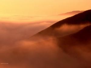 Postal: Bruma bajo un cielo anaranjado