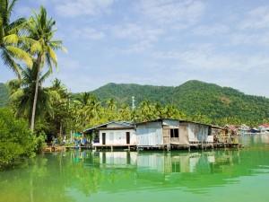 Casas flotantes en la bahía de Bang Bao (Isla de Ko Chang, Tailandia)