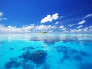 Una isla rodeada de aguas azules