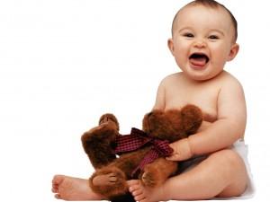Postal: Bebé con un osito de peluche