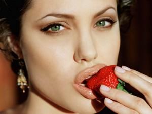 Angelina Jolie mordiendo una fresa