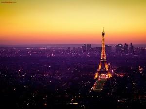 Postal: Luces en París, coronada por la Torre Eiffel