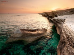 Postal: Acantilado de piedra en aguas verdes