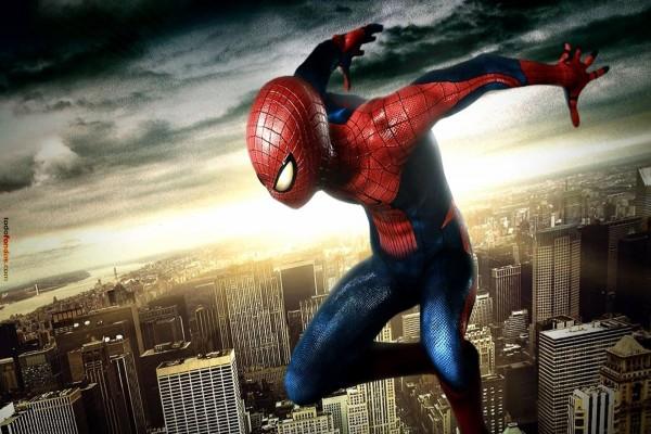 Spider-Man sobre la ciudad