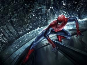 Spider-Man escalando un rascacielos