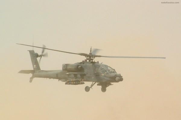 Helicóptero de combate en el cielo del desierto