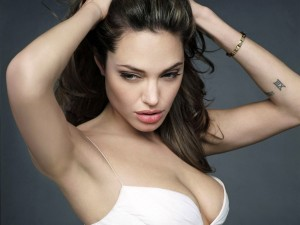 Angelina Jolie recogiéndose el pelo
