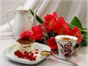 Desayuno romántico con café, tarta y flores