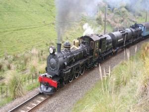 Locomotora a vapor atravesando un campo