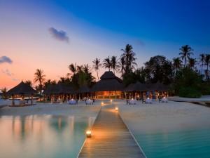 Atardecer en una playa de las Maldivas