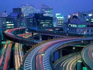Tráfico nocturno en Tokio (Japón)
