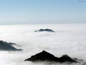 Postal: Asomando por encima de las nubes