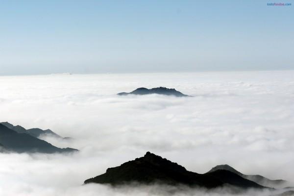 Asomando por encima de las nubes