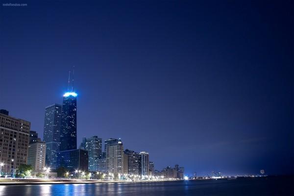 Ciudad nocturna al borde de la playa