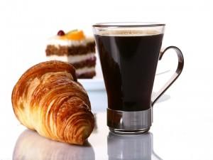 Postal: Café solo, con cruasán y pastel