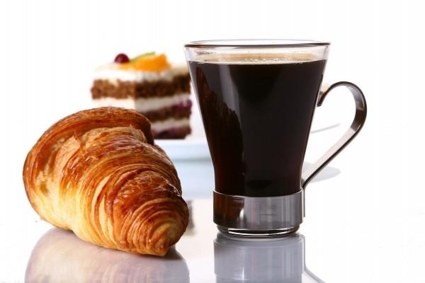 Café solo, con cruasán y pastel