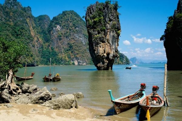 Mar entre las montañas de roca
