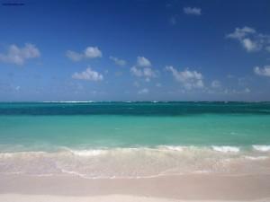 Postal: Playa de aguas verdes y arena blanca
