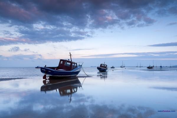 Barcas encalladas en la playa