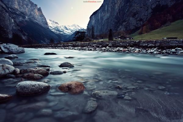 Río entre montañas, en Lauterbrunnen (Suiza)