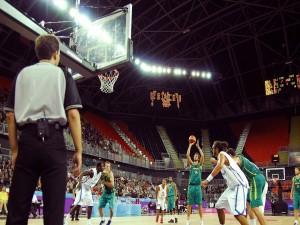 Postal: Australia contra Francia en baloncesto