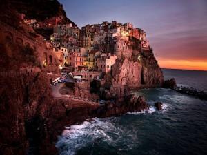 Manarola de noche (pequeño pueblo al norte de Italia)