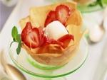 Crujiente con helado y fresas