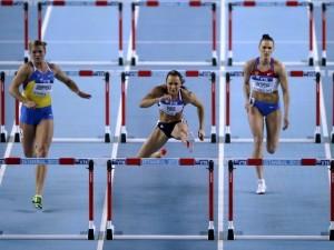 Atletas en salto de vallas